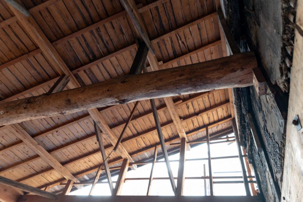 天井の板をぬいたら出てきた立派な梁