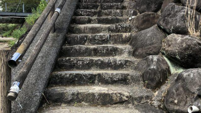 駐車場から階段を降りて川へ