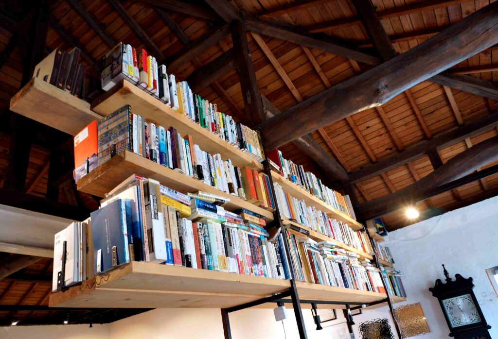 宙に浮く本棚